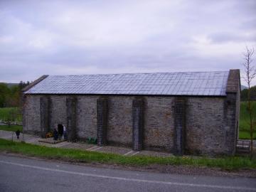 Pas une fenêtre à ce vieux refuge pèlerins