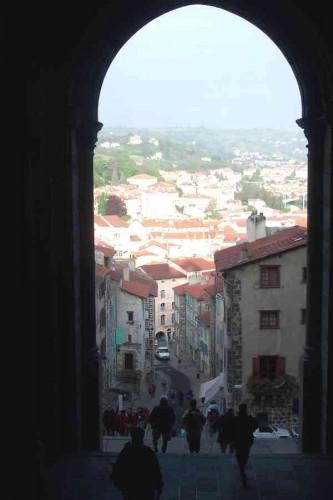 Sortant de la Cathédrale du Puy, les pèlerins s'élancent au petit matin.